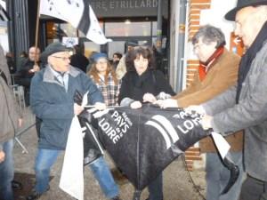 Jean-François Le Bihan (président de BR) et Emile Granville, maire adjoint de redon, déchirant symboliquement une banderole Pays de la Loire